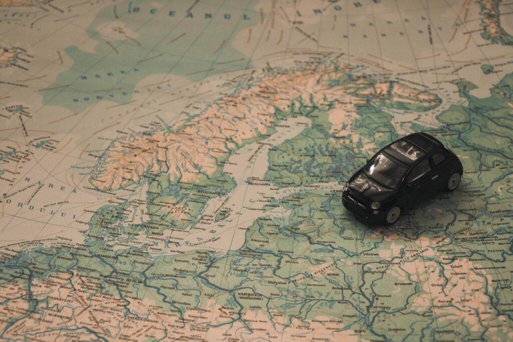 Karte mit schwarzem Auto